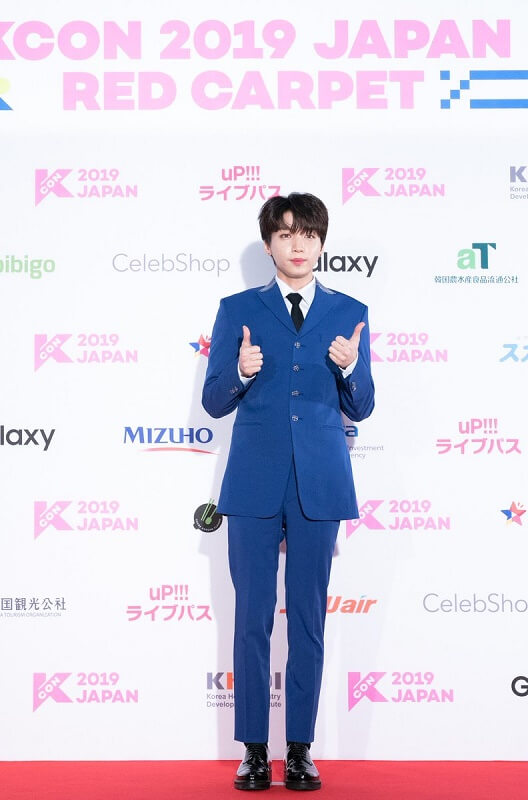 Ídolos de Kpop brilham na Red Carpet da KCON 2019 Japan Jeong Sewoon