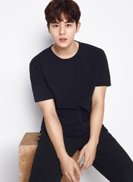 Kim Dong Jun dos ZEA Idols de Kpop que poderão Alistar-se no Exército em 2020