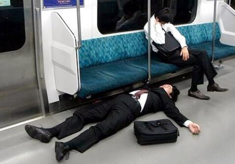 15 coisas a Não fazer nos Comboios no Japão - Pesquisa bebado