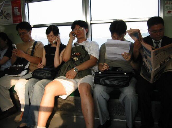 15 coisas a Não fazer nos Comboios no Japão - Pesquisa falar ao telemovel