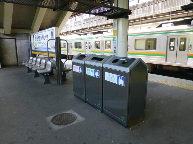 15 coisas a Não fazer nos Comboios no Japão - Pesquisa lixo