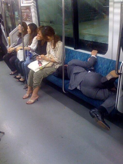 15 coisas a Não fazer nos Comboios no Japão - Pesquisa dormir ocupar lugares comboio