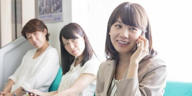 15 coisas a Não fazer nos Comboios no Japão - Pesquisa falar telemovel