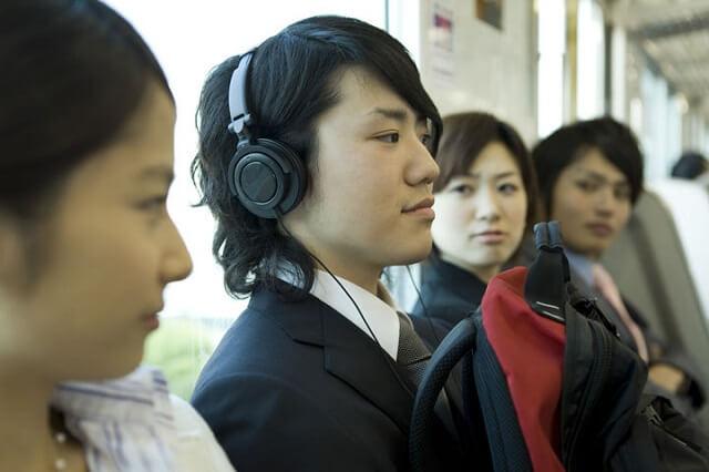 15 coisas a Não fazer nos Comboios no Japão - Pesquisa ouvir musica alto