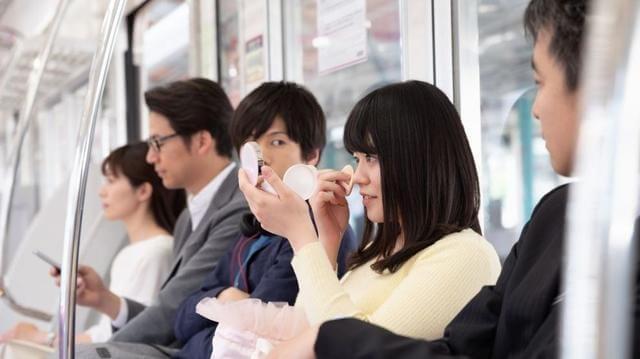 15 coisas a Não fazer nos Comboios no Japão - Pesquisa aplicar maquilhagem
