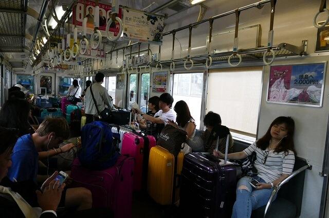 15 coisas a Não fazer nos Comboios no Japão - Pesquisa bagagem comboio