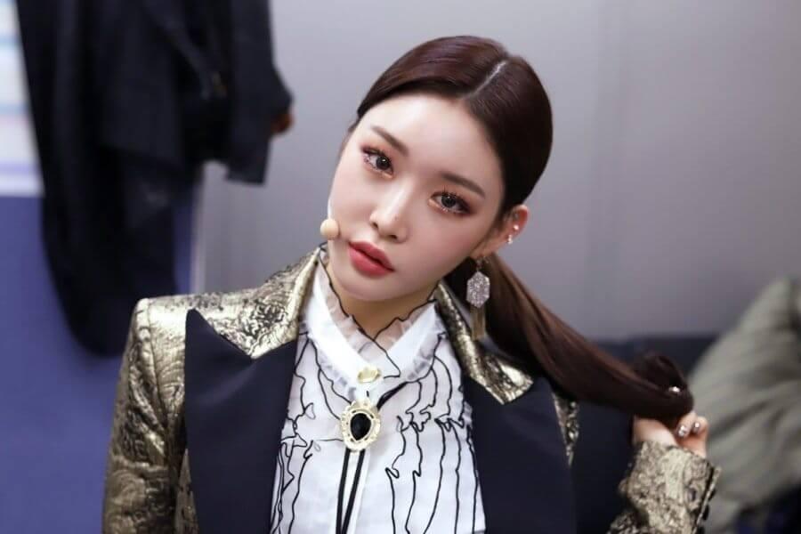 "Chungha assina com a agência ICM Partners Chungha define Glamour no MV para ""Stay Tonight"""
